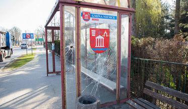 Na zdjęciu zdewastowany przystanek autobusowy