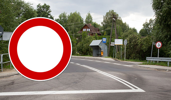 Na zdjęciu znak zakazu ruchu na tle ulicy w Dysie