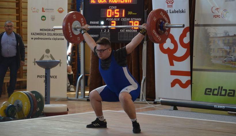 Na zdjęciu zawodnik podnoszący sztangę