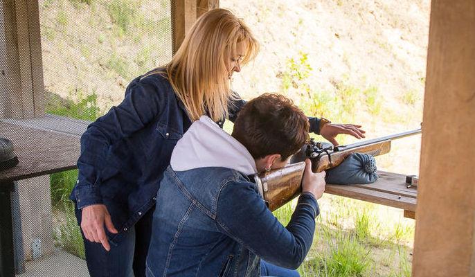 Na zdjęciu instruktor z osobą strzelającą