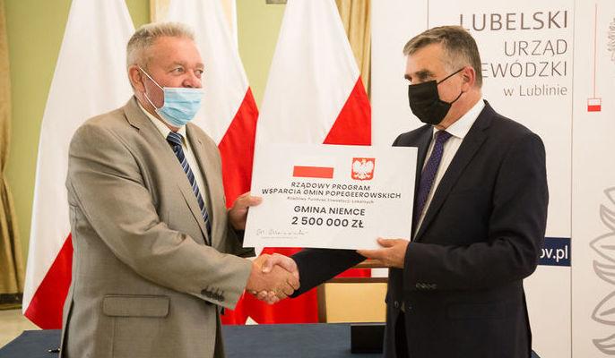 Na zdjęciu Wójt Gminy Niemce otrzymuje promesę na 2,5 mln zł od Wojewody Lubelskiego
