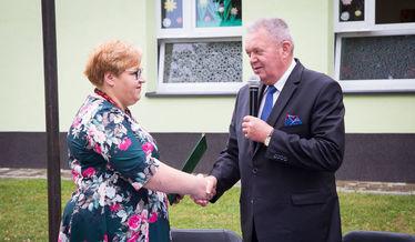 Na zdjęciu Wójt Gminy Niemce gratuluje Dyrektorce szkoły nominacji