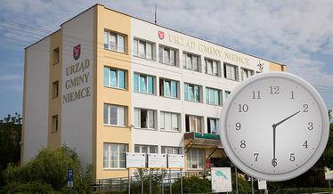 Na zdjęciu zegar na tle budynku urzędu