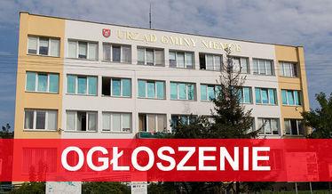 Na zdjęciu budynek urzędu z napisem ogłoszenie