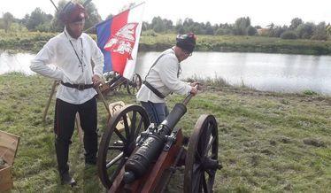 Na zdjęciu grupa rekonstrukcyjna ładuje armatę