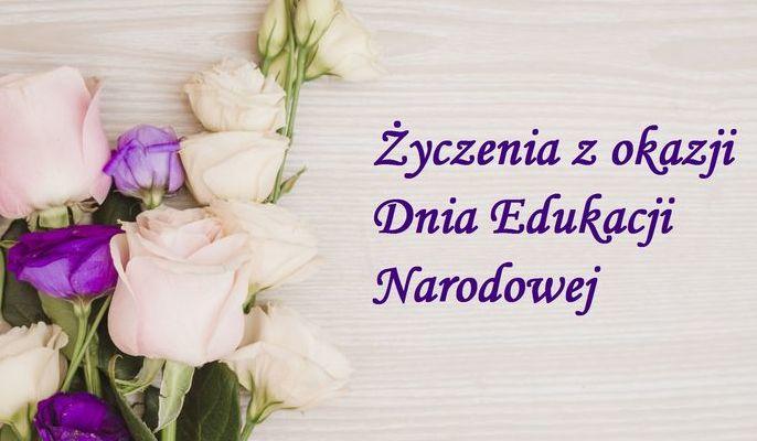 Na zdjęciu bukiet obok napis Życzenia z okazji Dnia Edukacji Narodowej.