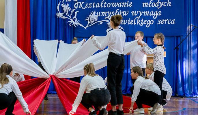 Na zdjęciu uczniowie podczas występu artystycznego.