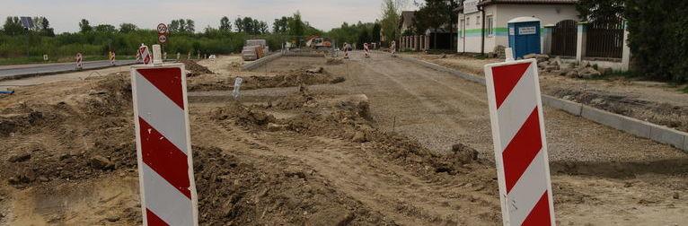 Zdjęcie przedstawia prace budowlane na drodze