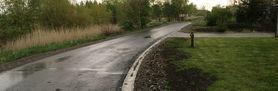 Grafika przedstawia nową drogę asfaltową