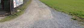 Zdjęcie przedstawia drogę szutrową