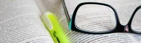 książka, zakreślacz i okulary