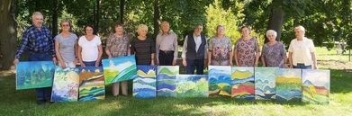 Seniorzy ze swoimi obrazami