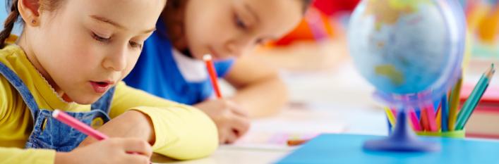 Dzieci piszące na kartkach
