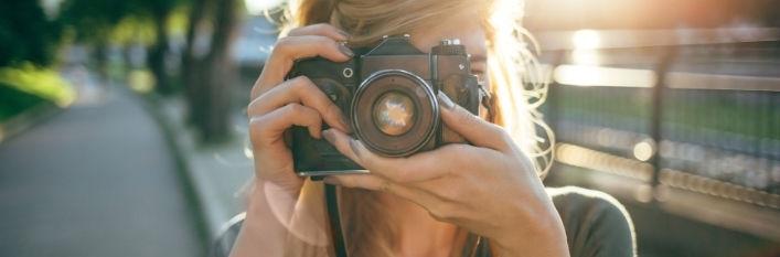 Kobieta za aparatem fotograficznym