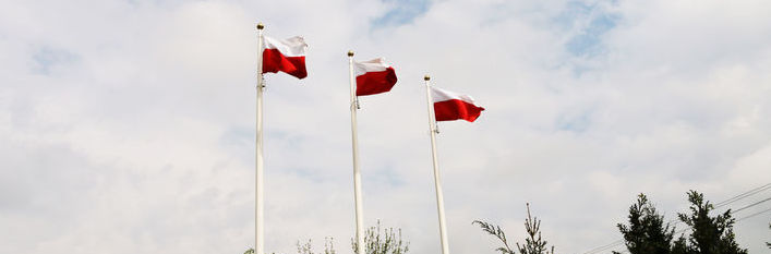 Trzy flagi na maszcie
