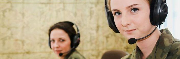 dwie kobiety z zestawami słuchawkowymi