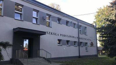 Budynek szkoły w Skrzynicach