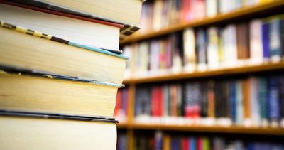 Książki ustawione na regałach