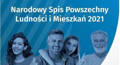 Tekst na niebieskim tle Narodowy spis powszechny ludności i mieszkań 2021, na zdjęciu cztery osoby dwie kobiety i dwóch mężczyzn