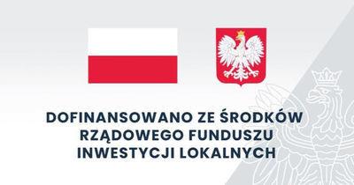 Flaga i godło polski z napisem Dofinansowano ze środków Rządowego funduszu inwestycji lokalnych