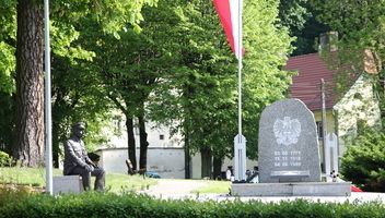 Zabytki - Plac przed Urzędem Miasta, historyczny obelisk i pomnik J. Piłsudskiego