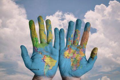 Ręce a na nich mapa swiata