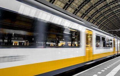 na zdjęciu biało-żółty jadący pociąg