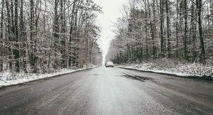 Gołoledź na drodze