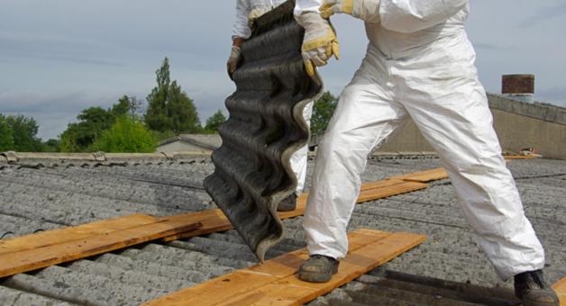 Robotnicy niusący azbest
