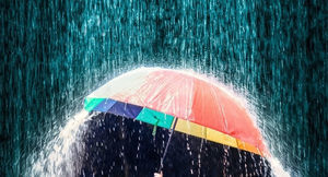 Parasol na deszczu