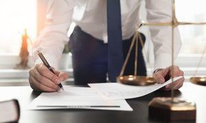 Prawnik za biurkiem