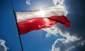 Flaga Polska na tle nieba
