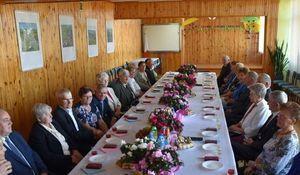 Małżeństwa siedzące przy stole podczas uroczystości