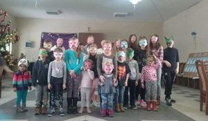 Dzieci pozujące do zdjęcia w grupie w maskach