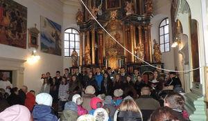 Na zdjęciu  jest grupa osób podczas mszy