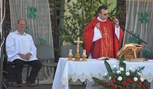 Ministrant i ksiądz podczas mszy na uroczystości