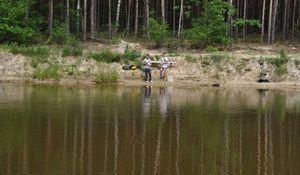 Dzieci nad jeziorem-stawem podczas zawodów