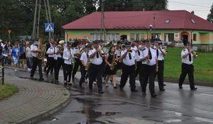 Zdjęcie z przemarszu, orkiestra dęta grająca na instumentach