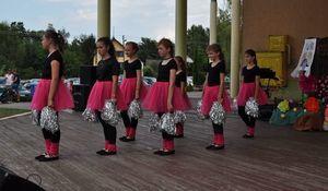 Dzieci na scenie podczas tańca