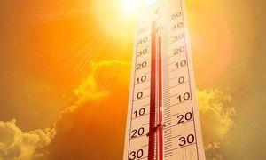 Termometr z 30 stopniami na tle zółtego nieba