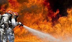 Na zdjęciu grafika przedstawiająca strażaków gaszących ogień