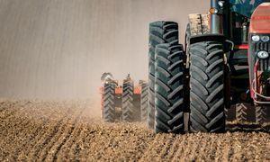 Traktor rolniczy uprawia pole
