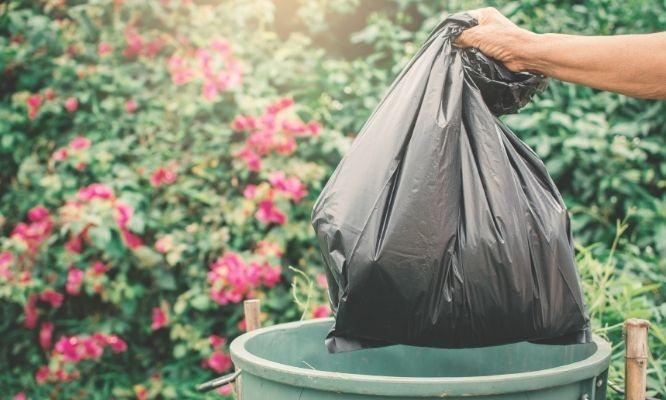 Kosz na śmieci i worek ze śmieciami