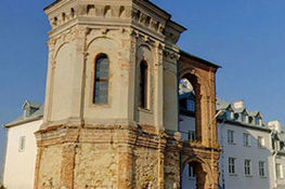 Zdjęcie przedstawia Basztę Firlejów w Dąbrowicy i Dom spotkań