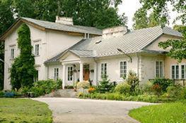 Zdjęcie przedstawia budynek Skansenu pszczelarskiego i Muzeum Pszczelarstwa