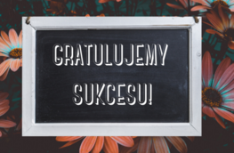 Grafika przedstawia napis: Gratulujemy sukcesu na czarno-kwiatowym tle