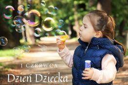 Zdjęcie przedstawia małą dziewczynkę, która puszcza bańki mydlane na tle parku oraz napis 1 czerwca Dzień Dziecka