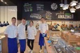 Zdjęcie przedstawia uczniów w kuchni