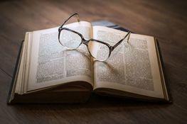 Książka a na niej leżą okulary