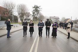 zdjęcie przedstawia moment przecinania wstęgi przez władze lokalne oraz powiatowe na nowootwartym moście nad rzeką Wierzbówką w miejscowości Wysokie